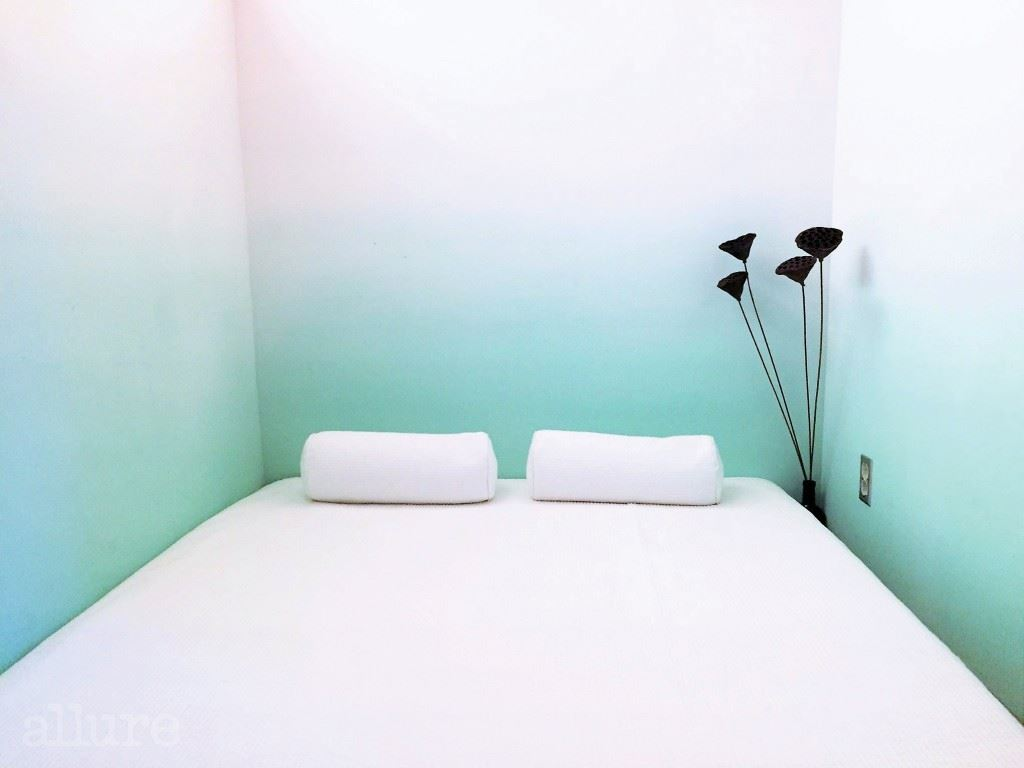 벽을 그러데이션으로 칠한 월 객실.