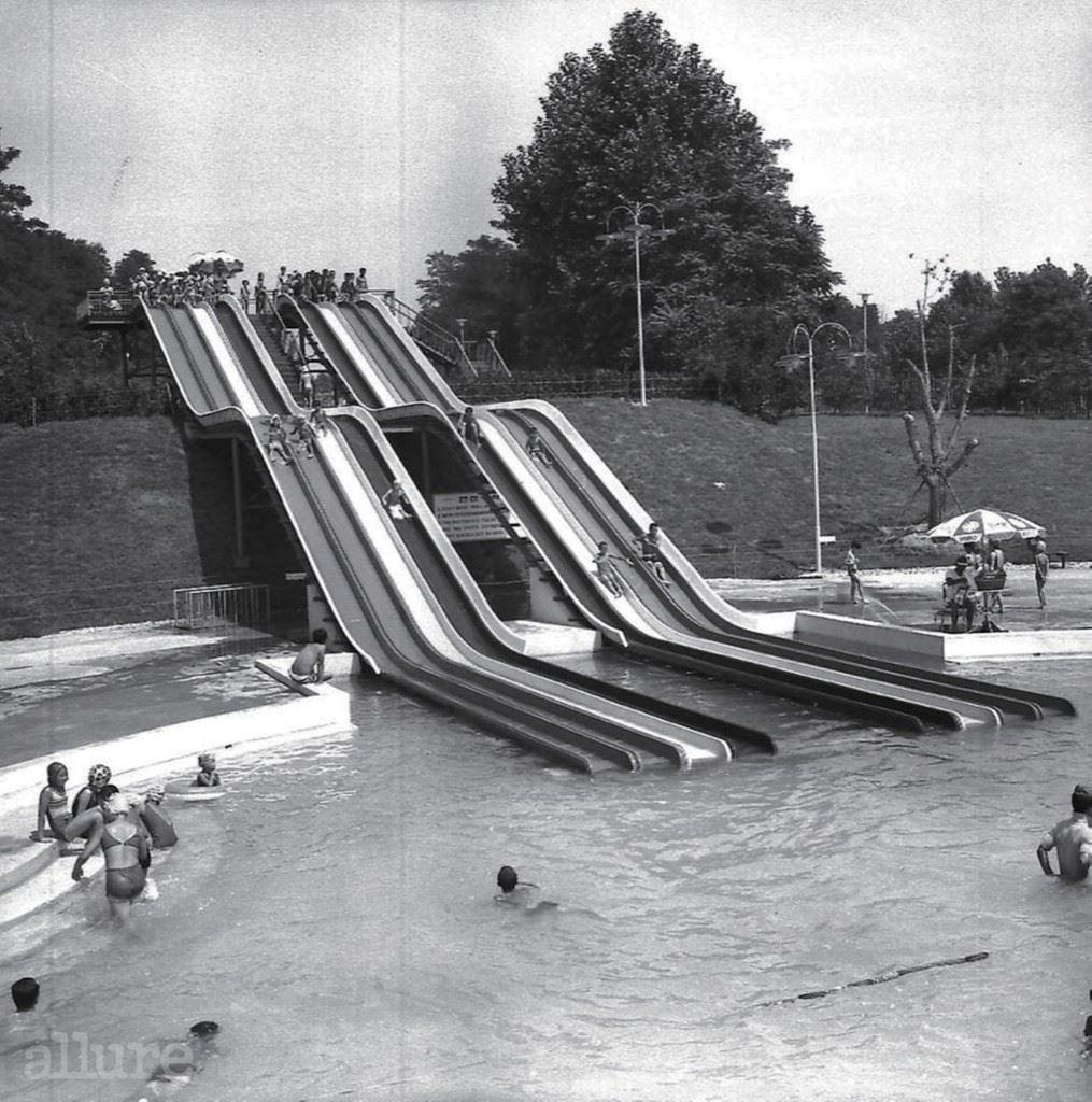 어 린 이 대 공 원 수 영 장, 1 9 7 3 1973년 어린이날에 개장한 어린이대공원은 당시 동양 최대 규모의 놀이 시설이었다. 1975년, 육영재단이 건립한 어린이회관이 능동에 들어섰고, 1977년 어린이날에는 하루 관람객 숫자만 73만5천 명을 넘겨 신문 1면을 장식할 정도였다. 150m 길이의 워터슬라이드가 설치된 당시의 야외 수영장은 지금은 능동어린이회관 수영장으로 별도로 관리되고 있다. 1980년대 후반 에버랜드와 롯데월드가 등장하며 놀이공원으로서의 기능은 축소됐지만 2006년 무료 개방을 실시하며 가족 관람객들의 사랑을 받고 있다.