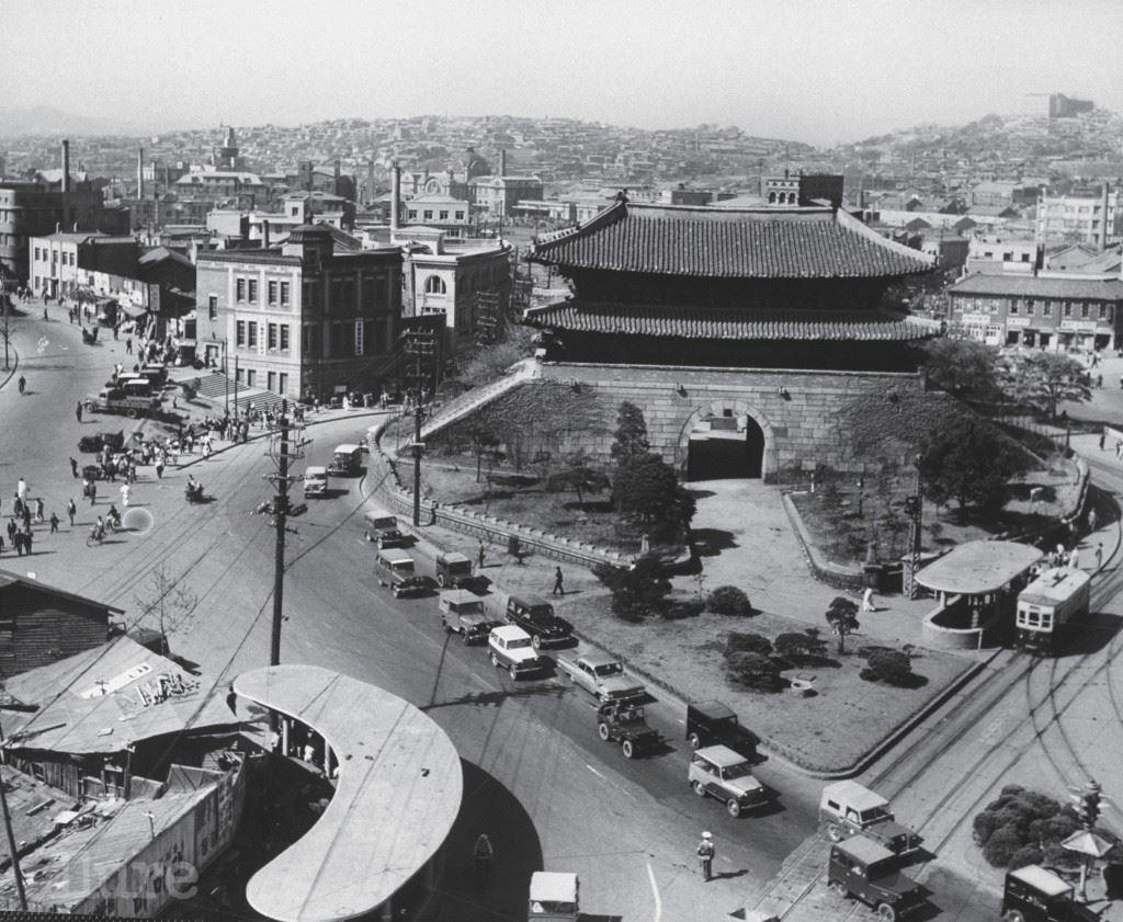 숭 례 문, 1 9 6 0 역시 존 도미니스가 1960년 방문 당시 촬영한 사진이다. 사진 아래쪽에는 1968년까지 서울시내를 돌던 노면전차의 정류장이 보이고, 남대문이 개방되어 성문으로 사람들이 자유롭게 통행했음을 짐작할 수 있다. 1396년, 한양 성곽과 함께 지어져 도성의 정문 역할을 했던 숭례문은 일제강점기에 이르러 성곽이 허물어지고 그 옆으로 전차와 차가 다니게 된다. 지금처럼 주변 차로를 정리하고 공원을 꾸며 숭례문을 가까이에서 볼 수 있게 된 것은 2005년의 일. 임진왜란과 한국전쟁 때도 살아남았던 숭례문은 어처구니없게도 2008년 화재 사고로 소실되었다. 2013년, 숭례문은 양쪽 성곽의 흔적을 일부 복원해 등장했다