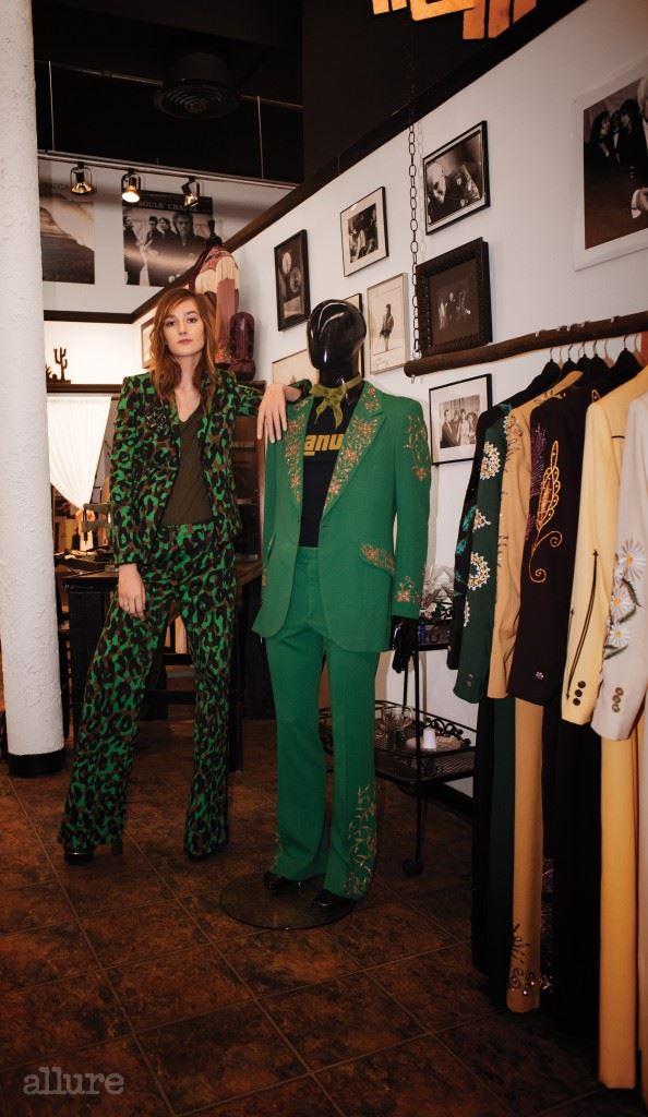 뮤지션들의 의상을 제작하는 의상실 마누엘스(Mannuels)에서. 팬츠 슈트와 샌들은 베르사체(Versace). 티셔츠는 아메리칸 빈티지 (American Vintage). 브로치는 스와로브스키(Swarovski). 반지는 파슬(Fossil).