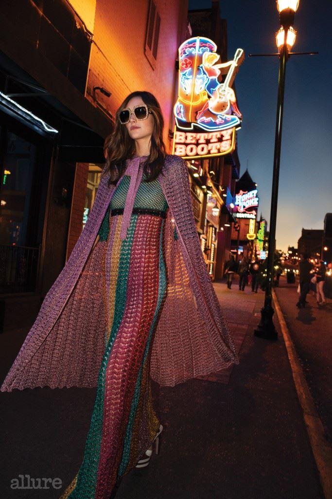 케이프, 드레스, 선글라스와 샌들은 구찌(Gucci).