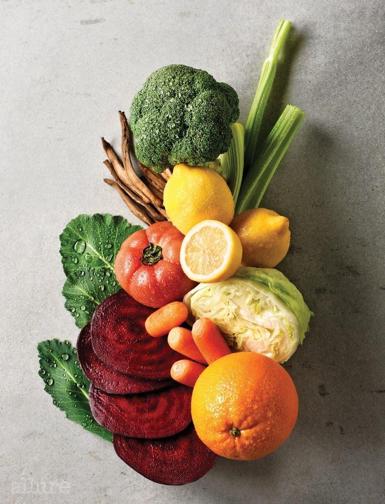 독소 배출을 위해서는 식이섬유와 수분 섭취가 중요하다. 간의 독소를 제거하고 피로회복에 좋은 브로콜리, 케일 등의 녹색 채소에는 엽록소가 풍부하게 함유되어 있다. 토마토와 가지 등의 적색 채소는 식전에 먹으면 위와 장 운동이 촉진되며 노폐물 배출 효과가 있다. 몸속에서 생기는 활성산소를 제거하는 데는 황색 채소가 제격이다. 당근과 레몬, 오렌지 등은 부기 예방은 물론 체내 면역력을 강화한다.