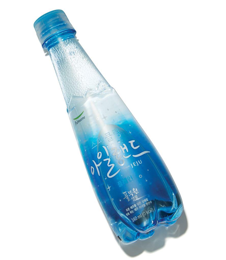풀무원의 스파클링 아일랜드 플레인. 향을 첨가하지 않은 탄산수로 물맛이 깨끗하다. 340ml 1천2백원.