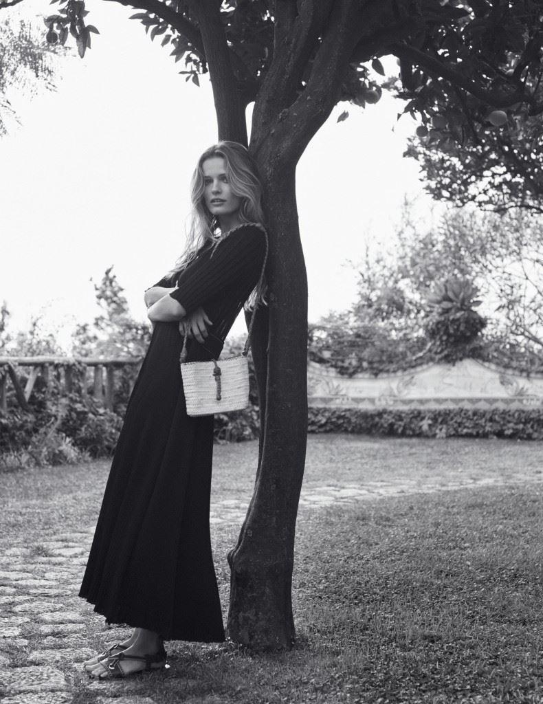 실크와 비스코스 소재의 드레스는세린느 Celine). 핸드백은 매스콥(Masscob). 샌들은 보테가 베네타.