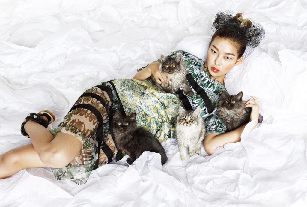 시스루 티셔츠와 그 아래 받쳐 입은 면 티셔츠, 시스루 스커트, 자카드 소재 벨트는 모두 스티브 J&요니 P(Steve J&Yoni P). 망사 장식의 고양이 귀 머리띠는 에디터 소장품.