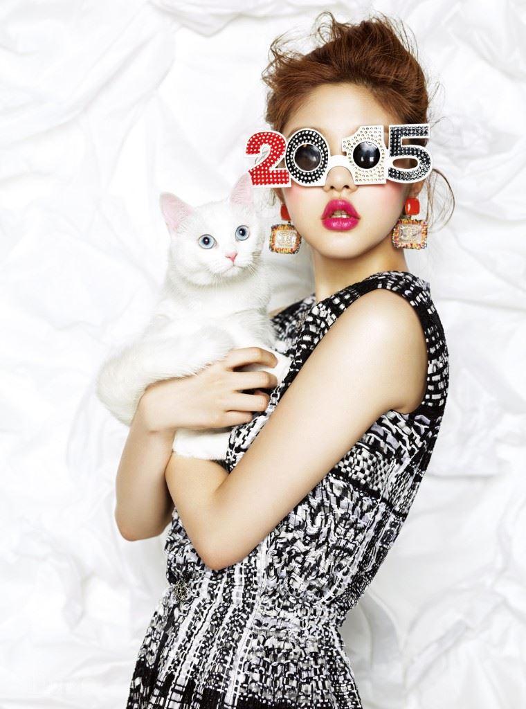 트위드 소재 점프슈트와 귀고리는 샤넬(Chanel). 파티용 선글라스는 에디터 소장품.