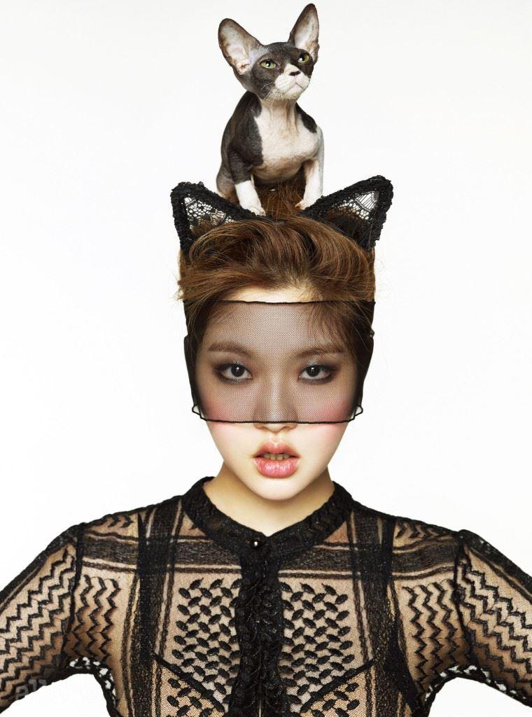 레이스 소재의 시스루 점프슈트는 샤넬. 고양이 귀 머리띠와 베일은 에디터 소장품.