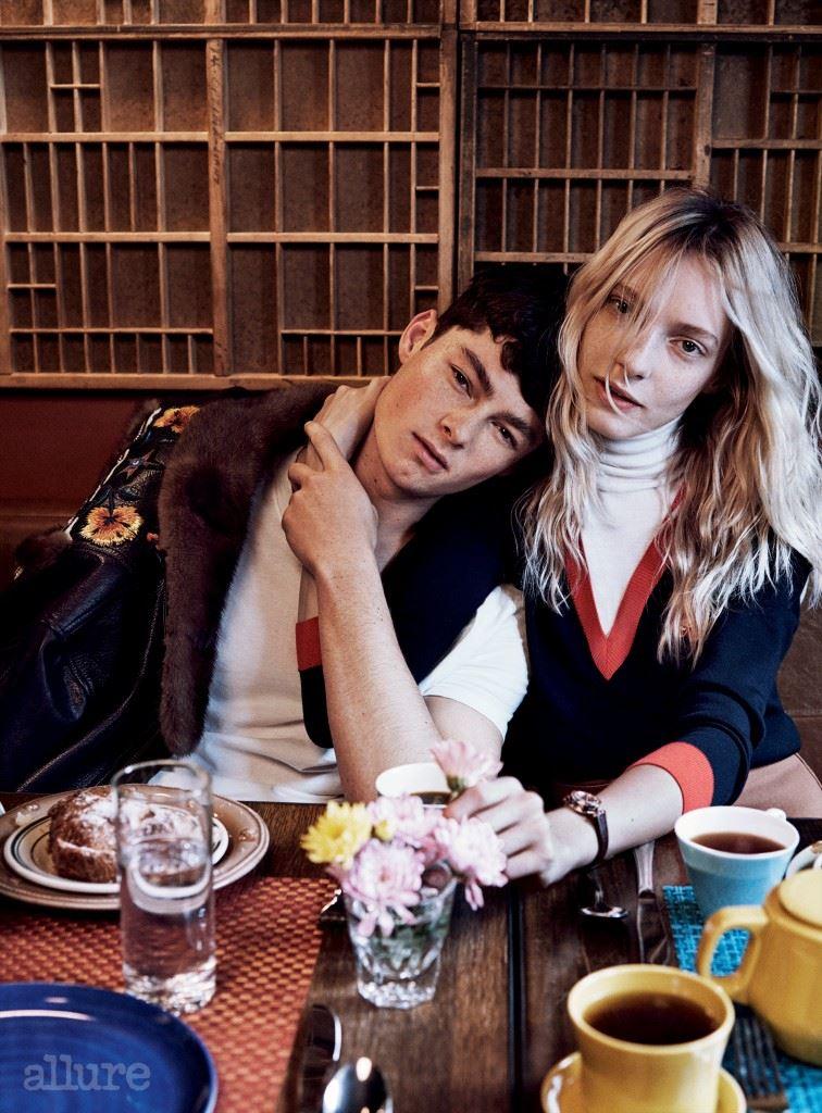 왼쪽 모델이 입은 밍크 장식의 가죽 재킷과 면 소재 티셔츠는 구찌(Gucci). 오른쪽 모델이 입은 울 소재 스웨터와 팬츠는 구찌. 손목 시계는 불가리.
