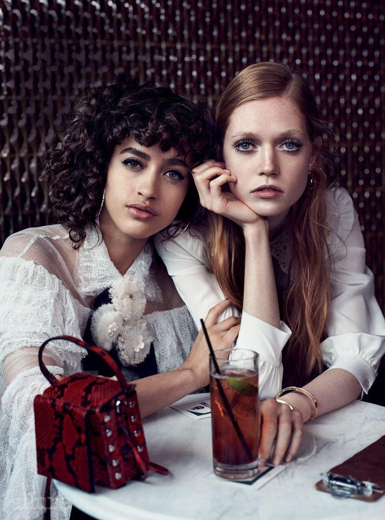왼쪽 모델이 입은 레이스 드레스는 샤넬(Chanel). 가죽 소재 백은 H&M 스튜디오(H&M Studio). 골드와 다이아몬드 소재 귀고리는 질 헬러(Jil Heler). 오른쪽 모델이 입은 실크 소재 블라우스는 마크 제이콥스(Marc Jacobs). 귀고리는 렐르 사다우치(Lele Sadoughi). 골드 소재 팔찌는 불가리.