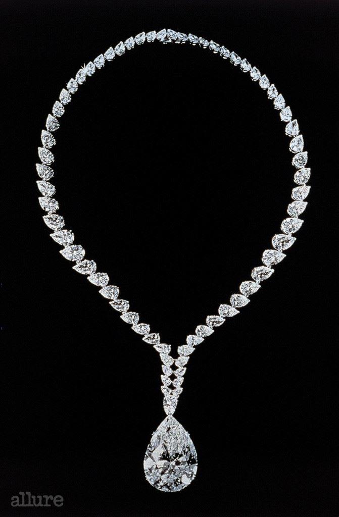 리처드 버튼이 엘리자베스 테일러에게 선물한 까르띠에의 69.42캐럿 다이아몬드 목걸이.