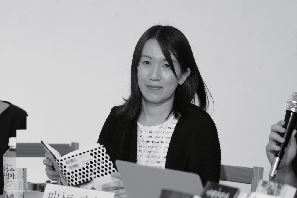 한국의 독자와 만남을 가진 미나토 가나에.