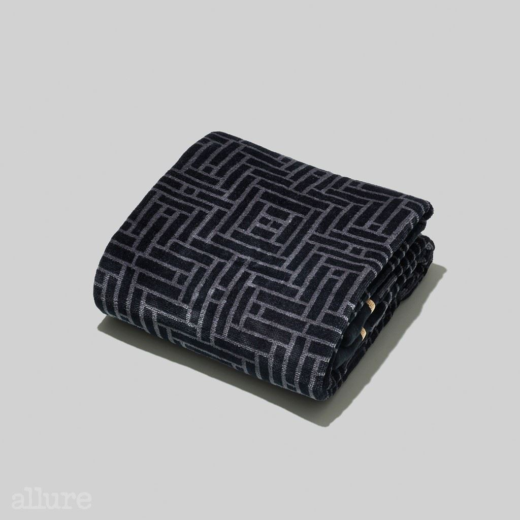 H&M 홈의 자카드 타월 자카드 소재의 배스 타월. 앞면은 벨루어, 뒷면은 코튼 테리로 마감되어 있다. 2만9천원 2