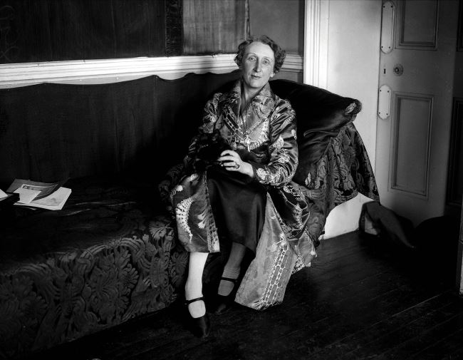 English poet Edith Sitwell at home in her flat in Kensington, 1928. (Photo by Popperfoto/Getty Images)