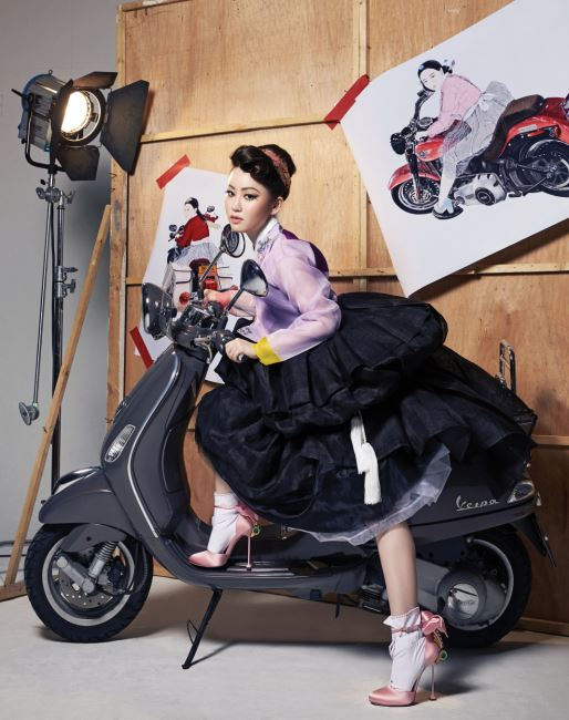 한복은 박술녀 한복, 새틴 소재하이힐 슈즈는 미우미우(Miu Miu).