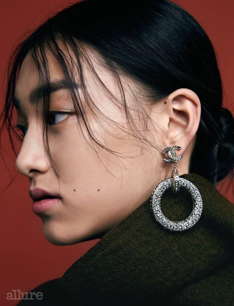 라인스톤 장식의 귀고리는가격미정, 샤넬 (Chanel). 울소재 터틀넥 니트는 98만원,이자벨 마랑(Isabel Marant).
