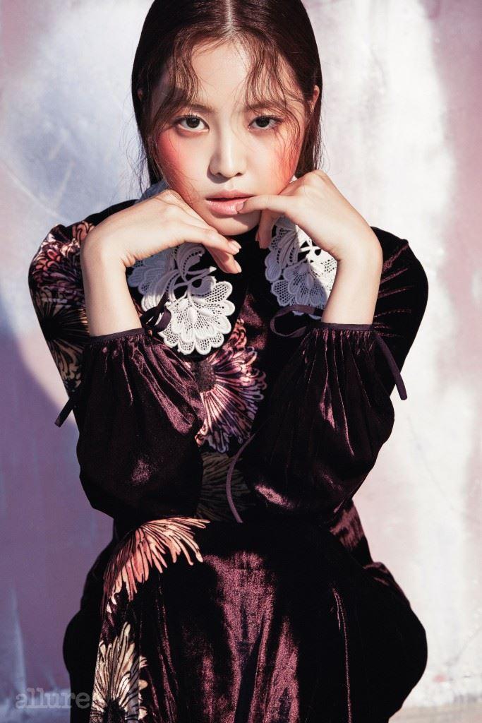 벨벳 소재 드레스는 미우미우(Miu Miu).