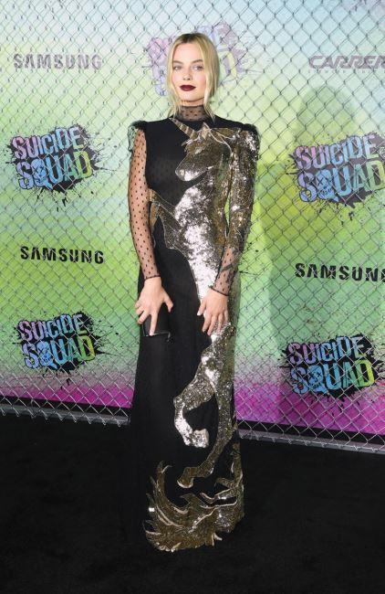 시퀸과 시스루로 이루어진 알렉산더 맥퀸의 드레스와 짙은 메이크업이 영화 의 할리퀸을 연상시킨다.
