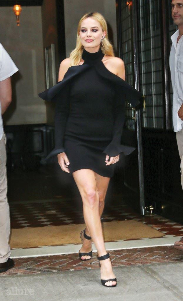 어깨와 각선미를 드러내는 블랙 드레스를 선택해 고혹적인 매력을 발산한다.