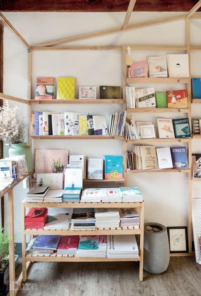 하얀 벽과 나무 책장의 조합이 매력적인 내부.