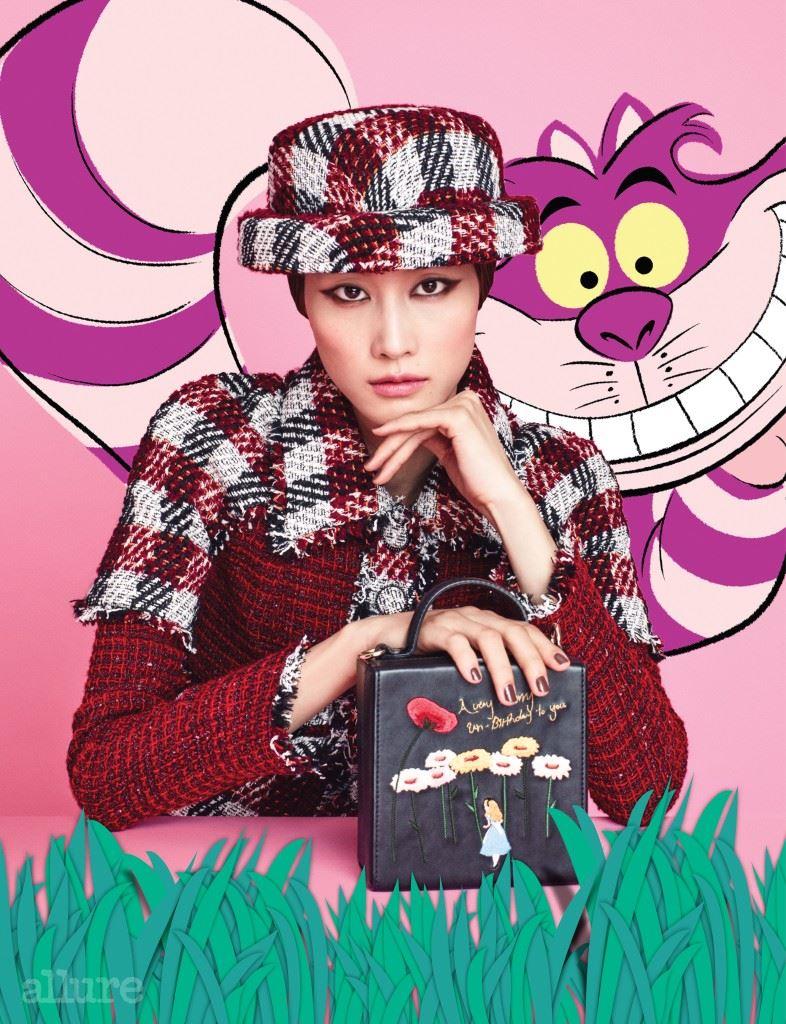 사진 속 캐릭터는 디즈니 의 체셔 고양이. 트위드 소재 재킷과 모자는 모두 샤넬. 인조 가죽 소재 토트백은 하이 칙스(High Cheeks).