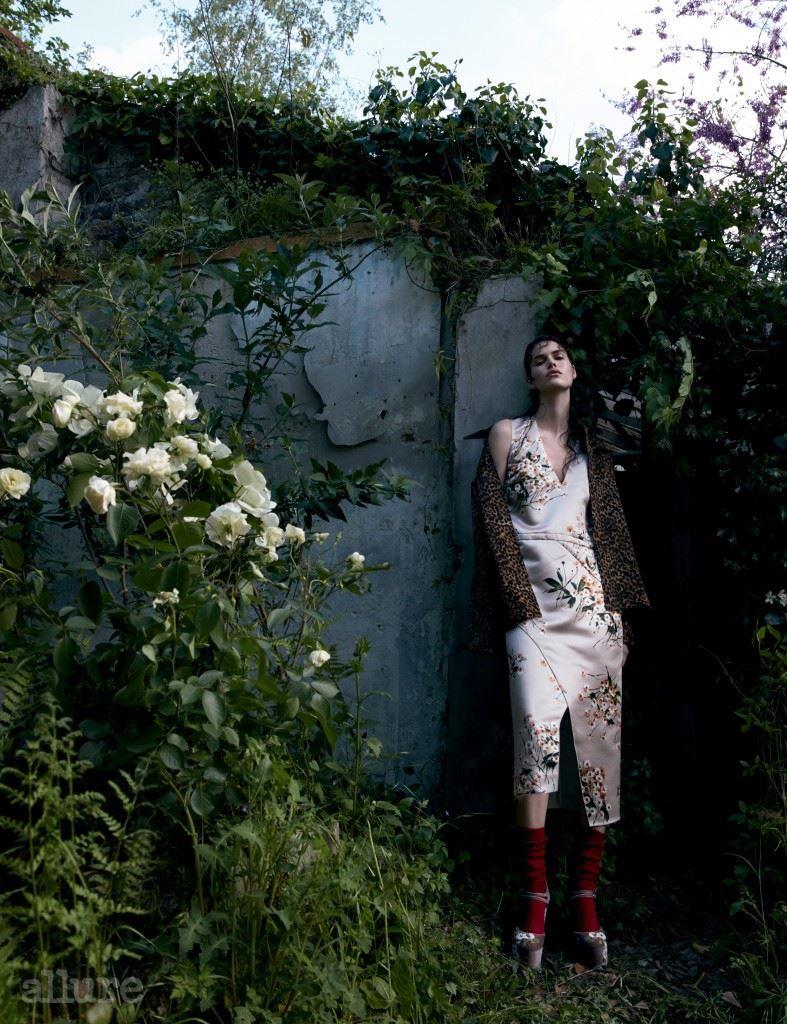 레오퍼드 패턴의 가죽 재킷은 이자벨 마랑(Isabel Marant). 플라워 프린트 드레스, 양말, 하이힐 슈즈는 모두 로샤스.