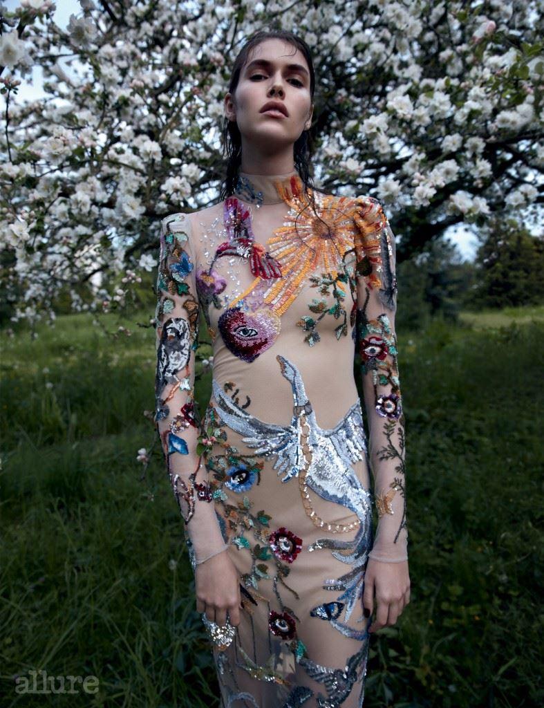자수 장식 드레스는 알렉산더 맥퀸 (Alexander McQueen).