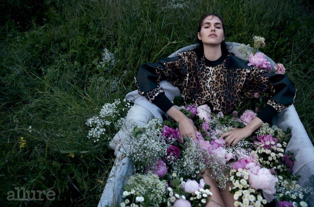 레오퍼드 패턴 코트는 지방시 바이 리카르도 티시(Givenchy by Riccardo Tisci).