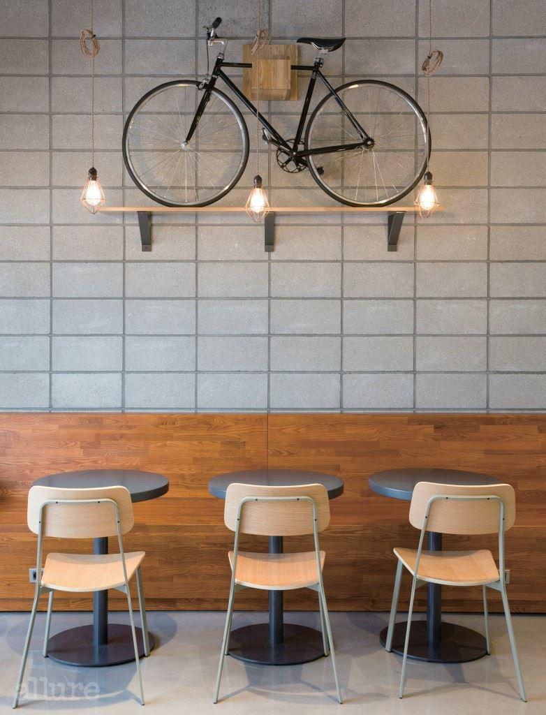 수납과 인테리어 효과를 동시에 주는 자전거 배치.