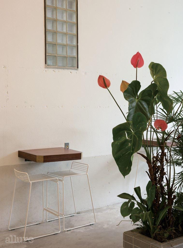 #1 다리가 없는 테이블  마치 공중에 떠 있는 느낌을 주는 골드 포인트  테이블 . 이 테이블을 비롯해 소반 형태의 커피  테이블과 서랍장 , 스툴 등 목재 가구 대부분은 가구  공방 소목장세미에서 제작했다