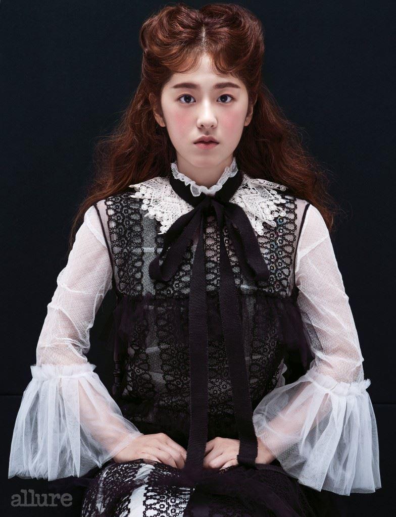 레이스 칼라 장식은 엘러리바이 분더샵(Ellery by Boonthe Shop). 레이스 장식블라우스와 드레스는 모두버버리(Burberry).