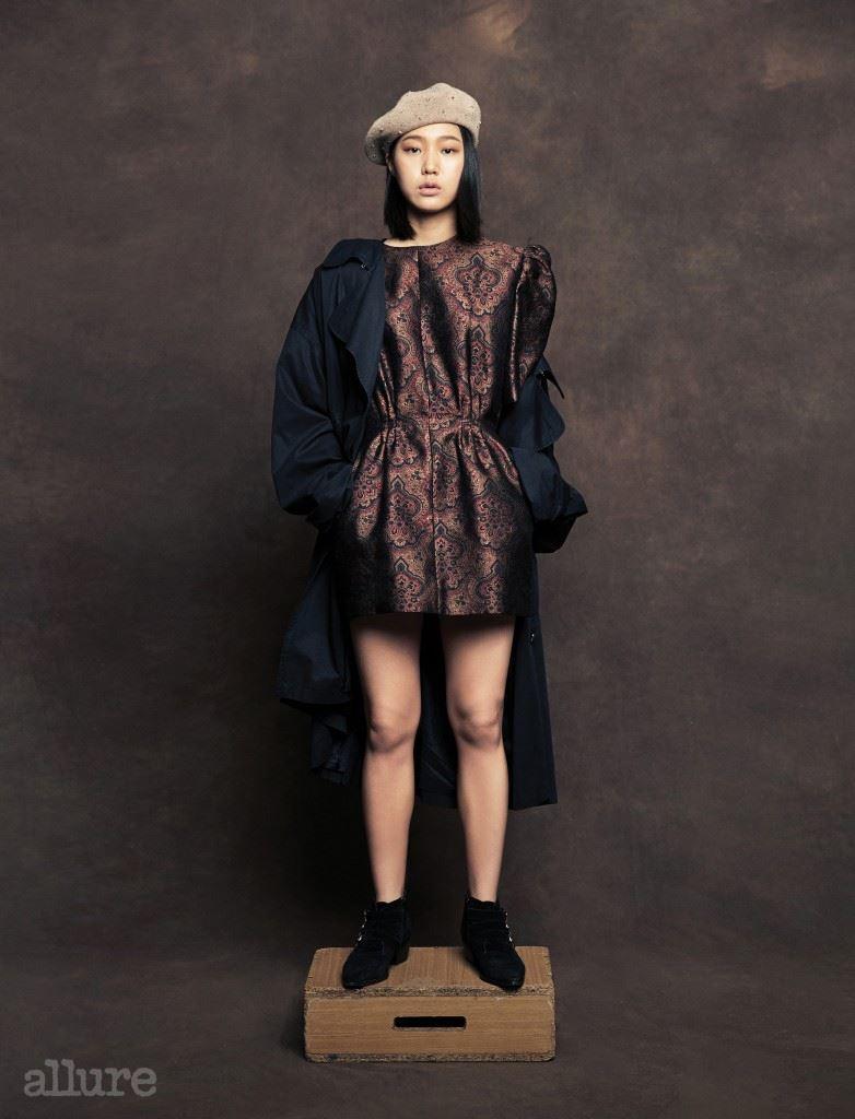 드레스와 트렌치 코트는 푸시버튼. 앵클 부츠는 베닐라 스위트(Venilla Suite). 베레는 자라(Zara).