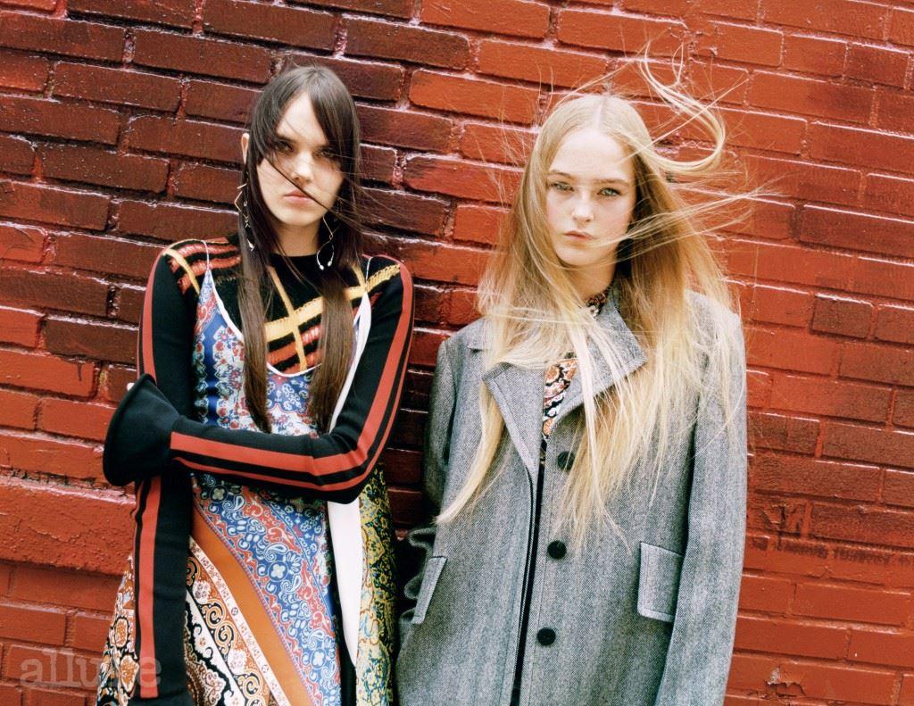 왼쪽 모델이 입은 실크 소재 슬립 드레스와 울 소재 톱, 조형적인 귀고리, 오른쪽 모델이 입은 울 소재 코트와 저지 톱은 모두 루이 비통(Louis Vuitton).