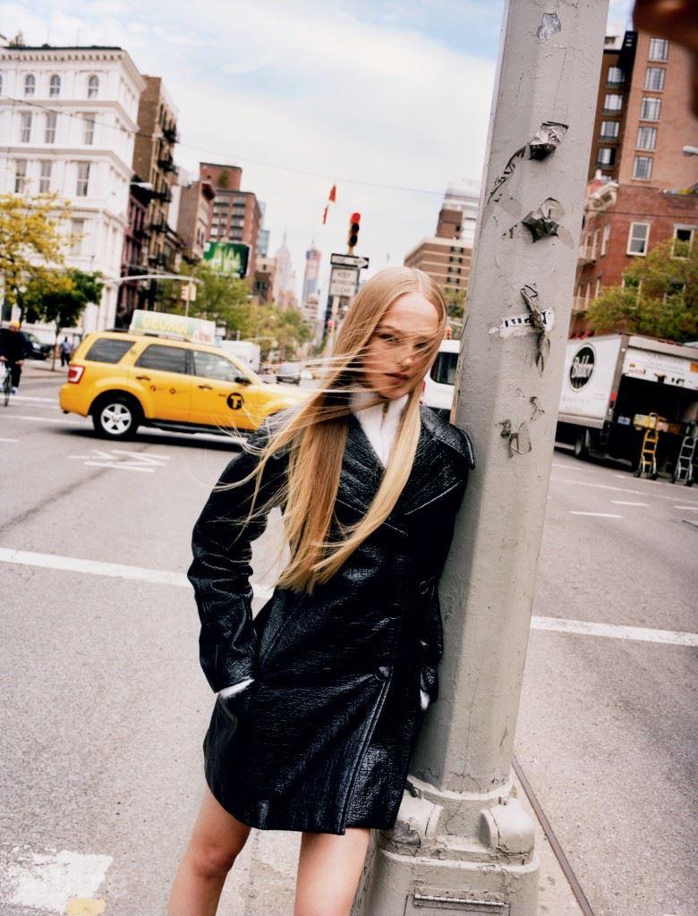 더블 브레스티드 피 코트와 앙고라 소재 집업 스웨터는 모두 디올(Dior).