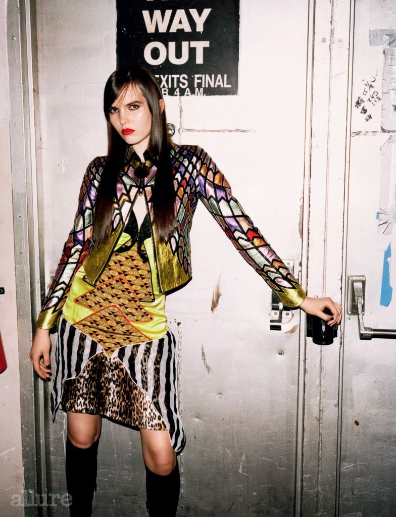 패치워크 가죽 재킷과 실크 소재 드레스, 스웨이드 소재 부츠는 모두 지방시 바이 리카르도 티시(Givenchy by Riccardo Tisci).