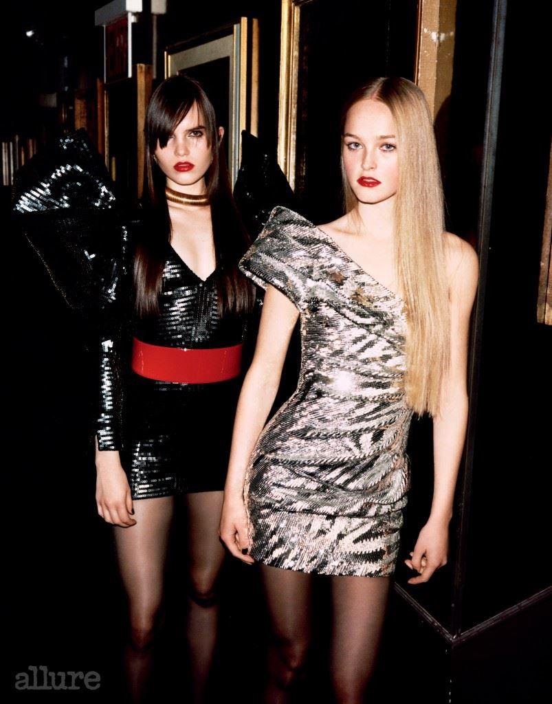 왼쪽 모델이 입은 시퀸 소재 미니 드레스와 페이턴트 가죽 소재 와이드 벨트, 체인 초커, 오른쪽 모델이 입은 시퀸 소재 미니 드레스는 모두 생 로랑(Saint Laurent).