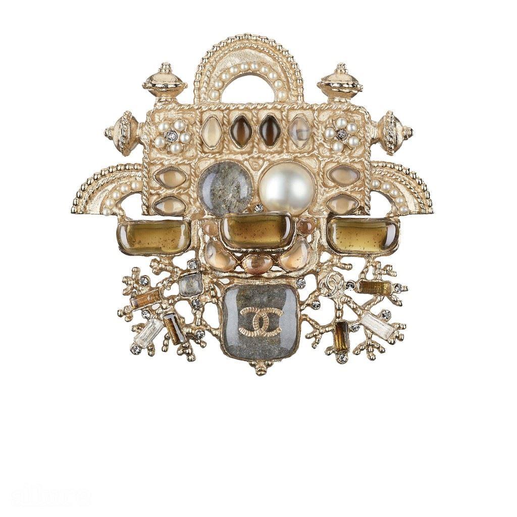 라인스톤 장식의 메탈 소재 브로치는 가격미정, 샤넬(Chanel).