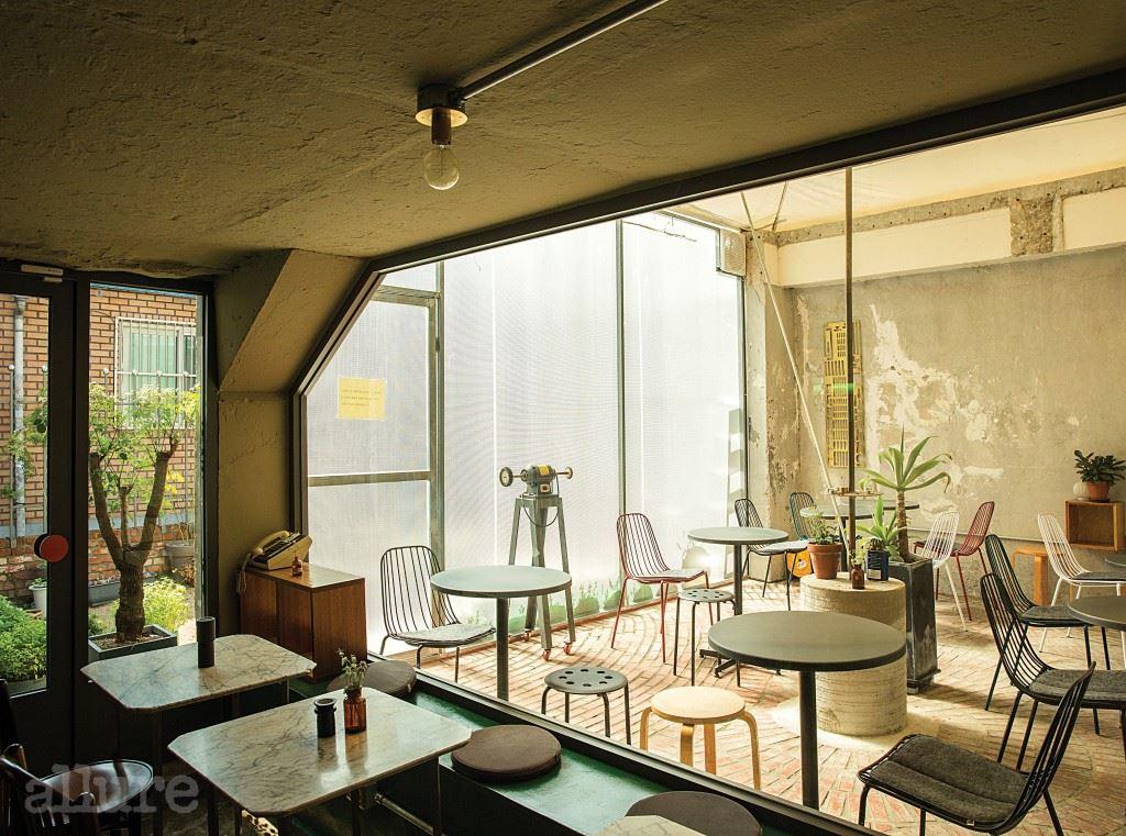 실내는 철제 테이블이 놓여 있는 바깥 공간과 대리석 테이블이 놓인 안쪽 공간으로 나뉜다.