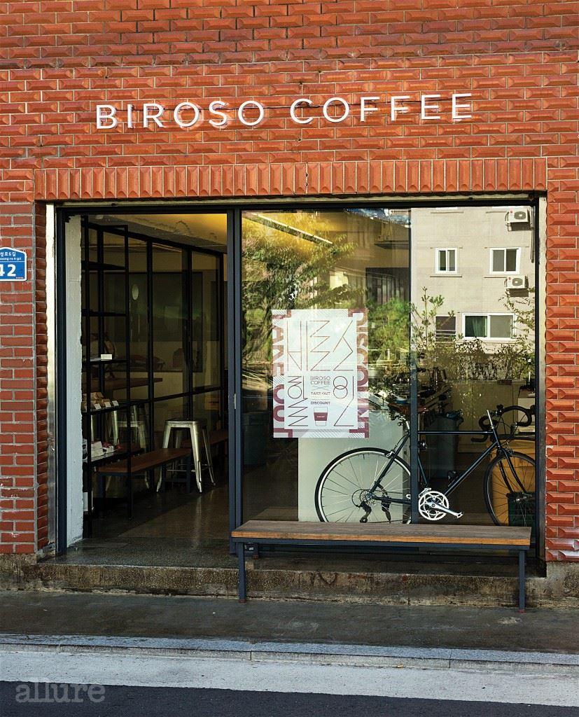 붉은 벽돌은 비로소 커피의 상징이다. 숲길을 걷다가 붉은 벽돌의 가게가 보인다면 살짝 들러 커피를 맛보길.