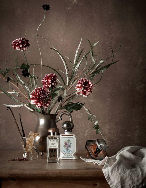 (왼쪽부터) 불가리안 로즈, 바닐라, 통카빈, 앰버의 조화로 따뜻하면서도 이국적인 분위기를 풍기는 에어린 뷰티의 탠제르 바닐 오드퍼퓸. 튜베로즈와 바닐라의 따뜻하고 부드러운 향과 클로버의 스파이시한 향이 어우러져 낭만적인 분위기를 자아내는 불리 1803의 오 트리쁠 향수. 다마스크 로즈에 바닐라 향을 가미해 우아하고 부드러운 향을 전하는 랑콤의 라 뉘 트레조 오드퍼퓸.