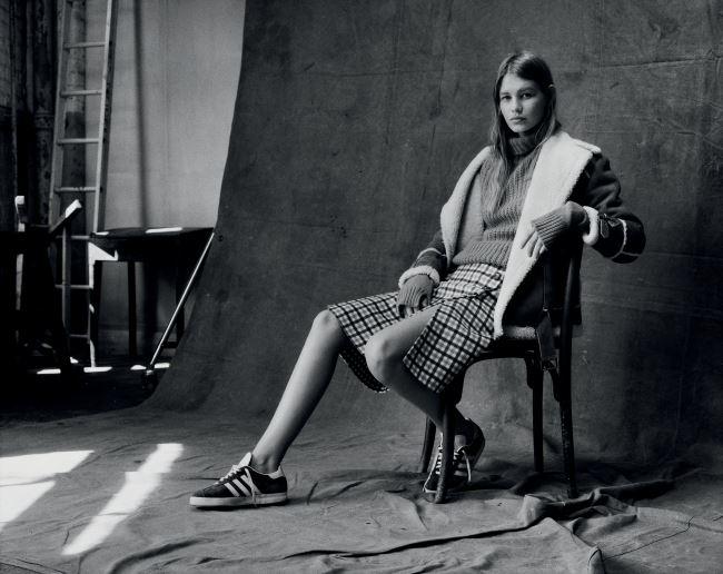 터틀넥 스웨터와 체크 패턴 스커트는 마이클 코어스 컬렉션(Michael Kors Collection). 시어링 재킷은 시모네타 라비차(Simonetta Ravizza). 스니커즈는 아디다스 오리지널스(Adidas Originals).