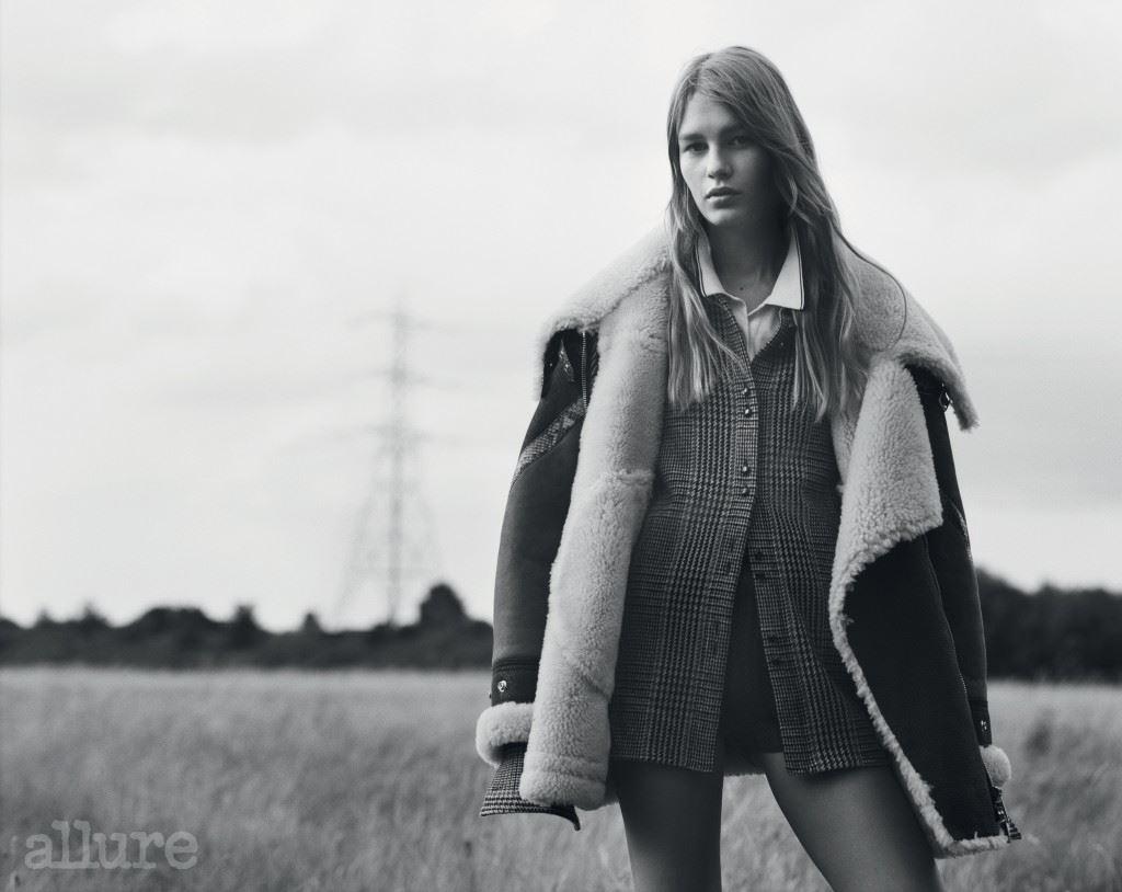 뱀피 장식의 시어링 재킷은 버버리(Burberry). 체크 패턴 셔츠는 트루사르디(Trussardi).