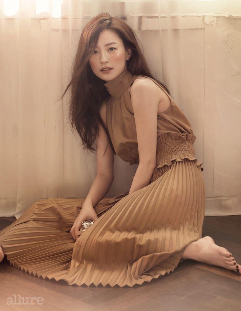 주름 장식 드레스는 트레이드마크 바이 분더샵(Trademark by Boon the Shop), 귀고리는 미니골드(Minigold).