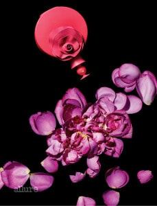 발렌티노의 발렌티나 핑크 오드퍼퓸. 딸기와 백수선, 프랄린 향으로 구성된 향수로 사랑스러우면서도 모던한 여성을 연상시키는 플로럴 프루티 향이다. 50ml 13만원.