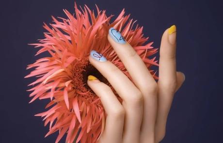손톱에 그린 화사한 봄