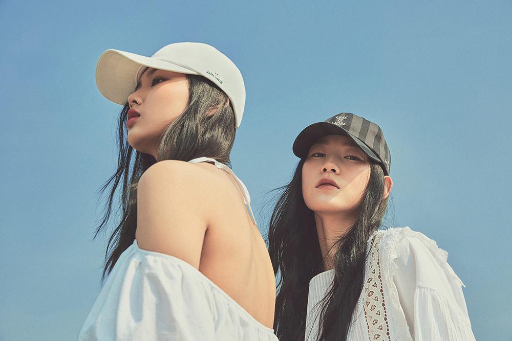 (왼쪽부터) 김세희가 입은 면 소재 원피스와 면 소재 볼캡, 정청솔이 입은 면 소재 드레스와 볼캡은 모두 제인송.
