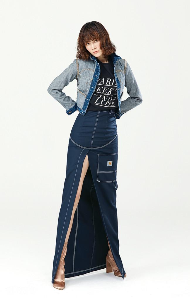 거꾸로 입은 데님 재킷은 아름다운 가게 제품. 면 소재 티셔츠는 키옥(Kiok). 면 소재 맥시 스커트는 베트멍×칼하트 바이 분더샵(Vetements×Karhart by Boon the Shop). 새틴 소재 앵클 부츠는 스튜어트 와이츠먼(Stuart Weitzman).