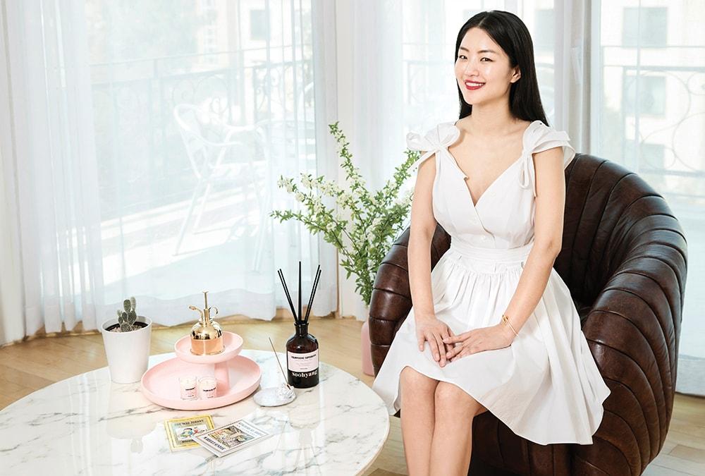 싱그러운 꽃과 향이 가득한 집에서 만난 김수향 대표.