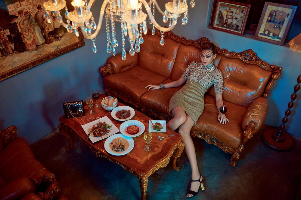 비즈와 진주 장식의 오간자 소재 드레스, 헤드밴드, 진주 장식 팔찌는 모두 샤넬(Chanel). 진주 목걸이는 주미 림(Joomi Lim). 스웨이드 소재 샌들과 테이블 위에 놓은 숄더백은 페라가모(Ferragamo).