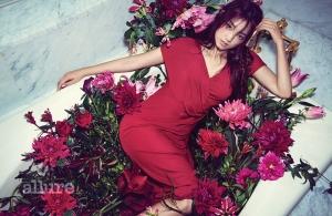 드레스는 에스카다 바이 아틀리에 쿠(Escada by Atelier Ku). 귀고리는 젬마알루스(Gemmaalus).