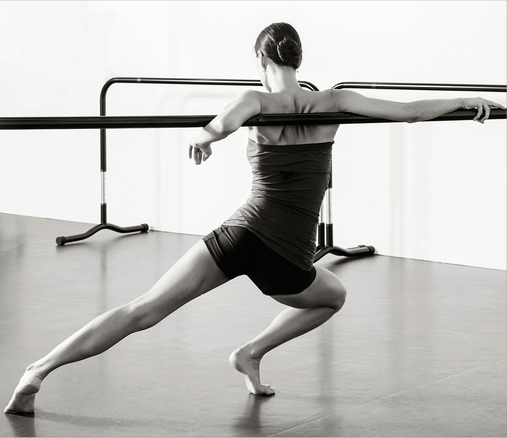 바를 활용해 춤을 추고 있는 김윤아 대표. 그녀는 여전히 무대에서 공연을 하는 현역 현대무용수이기도 하다.